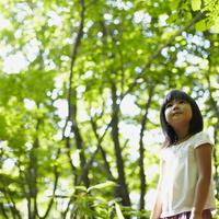 見上げる女の子 11070010425| 写真素材・ストックフォト・画像・イラスト素材|アマナイメージズ