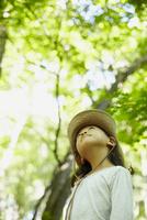 見上げる女の子 11070010429| 写真素材・ストックフォト・画像・イラスト素材|アマナイメージズ