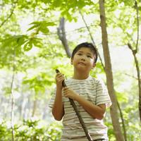 木の枝を持つ男の子 11070010430| 写真素材・ストックフォト・画像・イラスト素材|アマナイメージズ