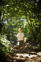 木の枝を持つ男の子 11070010432| 写真素材・ストックフォト・画像・イラスト素材|アマナイメージズ