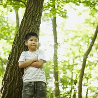 腕組みをする男の子 11070010438| 写真素材・ストックフォト・画像・イラスト素材|アマナイメージズ