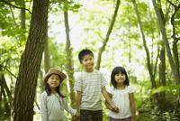 手をつなぐ3人の子供達 11070010440| 写真素材・ストックフォト・画像・イラスト素材|アマナイメージズ