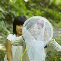捕虫網で遊ぶ2人の女の子