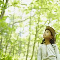 見上げる女の子 11070010451| 写真素材・ストックフォト・画像・イラスト素材|アマナイメージズ