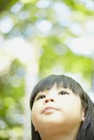 見上げる女の子の顔