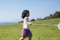 捕虫網を持った女の子 11070010453| 写真素材・ストックフォト・画像・イラスト素材|アマナイメージズ