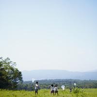 昆虫採集をする4人の子供達