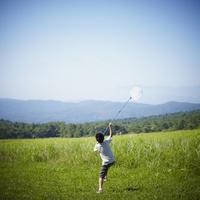昆虫採集をする男の子 11070010456| 写真素材・ストックフォト・画像・イラスト素材|アマナイメージズ