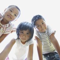 見つめる3人の子供達 11070010460| 写真素材・ストックフォト・画像・イラスト素材|アマナイメージズ