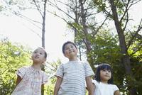 3人の子供達 11070010462| 写真素材・ストックフォト・画像・イラスト素材|アマナイメージズ