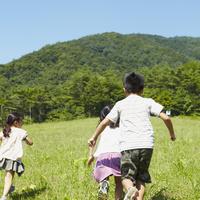 草原を走る3人の子供達 11070010463| 写真素材・ストックフォト・画像・イラスト素材|アマナイメージズ