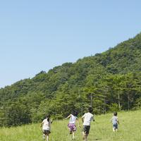草原を走る4人の子供達 11070010464| 写真素材・ストックフォト・画像・イラスト素材|アマナイメージズ
