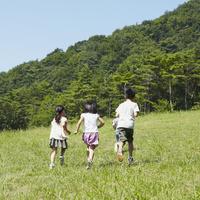 草原を走る4人の子供達 11070010466| 写真素材・ストックフォト・画像・イラスト素材|アマナイメージズ