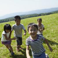 草原を走る4人の子供達 11070010467| 写真素材・ストックフォト・画像・イラスト素材|アマナイメージズ