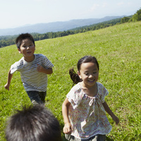草原を走る3人の子供達 11070010468| 写真素材・ストックフォト・画像・イラスト素材|アマナイメージズ