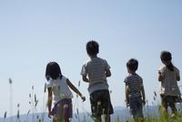 4人の子供達の後姿 11070010471| 写真素材・ストックフォト・画像・イラスト素材|アマナイメージズ