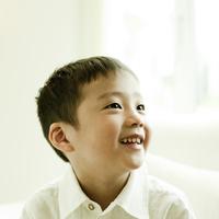 笑顔の男の子 11070010539| 写真素材・ストックフォト・画像・イラスト素材|アマナイメージズ