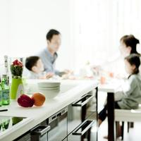 キッチンと食事をするファミリー