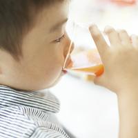 ジュースを飲む男の子