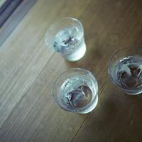氷水が入ったグラス