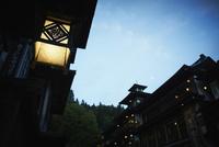 和風の外灯と夜空 銀山温泉