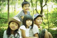 森林の中の4人の子供達 11070011007| 写真素材・ストックフォト・画像・イラスト素材|アマナイメージズ