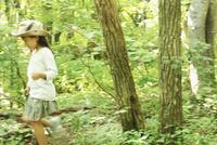 森林を歩く女の子 11070011010| 写真素材・ストックフォト・画像・イラスト素材|アマナイメージズ