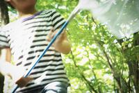 捕虫網を持った男の子 11070011011| 写真素材・ストックフォト・画像・イラスト素材|アマナイメージズ