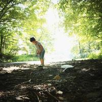 地面を見つめる男の子 11070011012| 写真素材・ストックフォト・画像・イラスト素材|アマナイメージズ