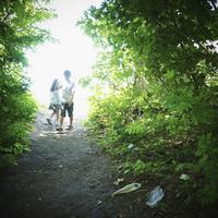 緑の木々と2人の子供