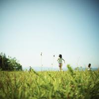 草原で遊ぶ子供達 11070011014| 写真素材・ストックフォト・画像・イラスト素材|アマナイメージズ