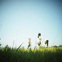 草原で遊ぶ子供達 11070011015| 写真素材・ストックフォト・画像・イラスト素材|アマナイメージズ