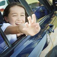 車の窓から手を振る女の子