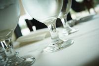 テーブルの上のグラス 11070011746| 写真素材・ストックフォト・画像・イラスト素材|アマナイメージズ