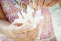 サンゴを持つ女性の手元 11070011758| 写真素材・ストックフォト・画像・イラスト素材|アマナイメージズ