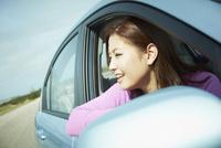 車の窓から外を眺める女性 11070011780| 写真素材・ストックフォト・画像・イラスト素材|アマナイメージズ