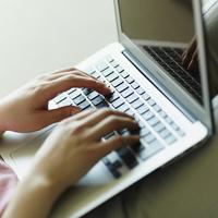 ノートパソコンを操作する女性の手元 11070011930| 写真素材・ストックフォト・画像・イラスト素材|アマナイメージズ