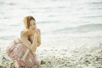 サンゴの欠片を見つめる女性