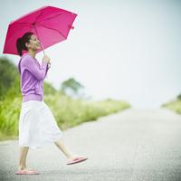 傘をさして歩く女性