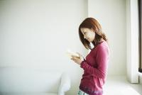 読書をする女性 11070012022| 写真素材・ストックフォト・画像・イラスト素材|アマナイメージズ