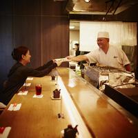 料理を受け渡しする料理人と女性客 11070012136| 写真素材・ストックフォト・画像・イラスト素材|アマナイメージズ