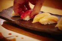寿司をつまむ男性の手 11070012144| 写真素材・ストックフォト・画像・イラスト素材|アマナイメージズ