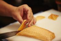 サーモンを切る男性の手 11070012275| 写真素材・ストックフォト・画像・イラスト素材|アマナイメージズ