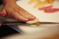 ホタテを切る男性の手 11070012276| 写真素材・ストックフォト・画像・イラスト素材|アマナイメージズ
