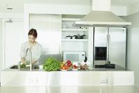 キッチンで料理をする女性 11070012307| 写真素材・ストックフォト・画像・イラスト素材|アマナイメージズ