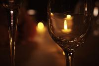 灯りを映すグラス 11070012454| 写真素材・ストックフォト・画像・イラスト素材|アマナイメージズ