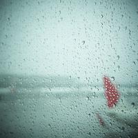 水滴が付いた飛行機の窓