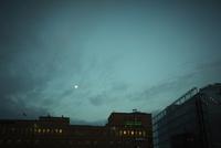 夜空の月と建物のシルエット