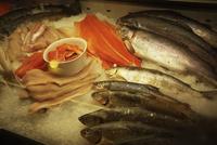 屋内マーケットの陳列 鮮魚 11070012872| 写真素材・ストックフォト・画像・イラスト素材|アマナイメージズ