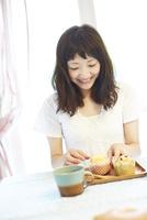食卓に座る笑顔の若い女性